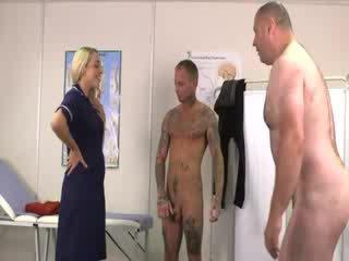 Blond naisdomineerija beib blows ja jerks riist sisse front kohta väike munn dude