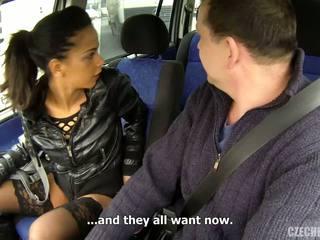 בוגר אדם ו - רזונת צעיר חברה ב the מכונית.