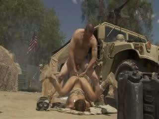 Excited jadra holly receives inpulit greu și cummed de an armata soldier