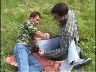 Νέος κορίτσι raped με two guys σε ο δάσος