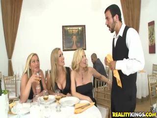 तीन मिल्फ blondes खेल साथ बड़ा कॉक