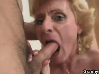 Blondīne vecmāmiņa jumps par viņa dzimumloceklis