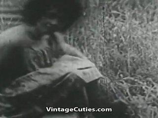 Κορίτσι με μεγάλος βυζιά και μαλλιαρό μουνί πατήσαμε σε πεδίο