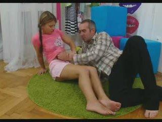 Nena cediendo su piernas a tomar un rabo