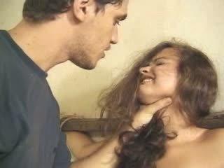 Giovanissima forzato e scopata anale video