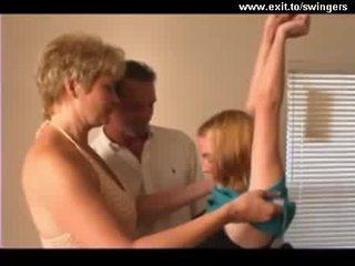 שתי נשים וגבר מפרפר trio עם בוגר אנמא ו - נוער וידאו
