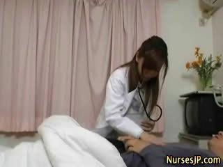 יפני אחות כּלבתא gets שלה חולה קשה