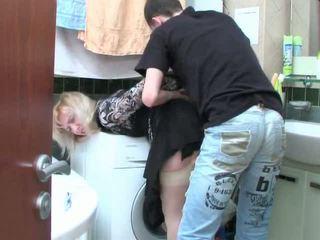 Pieauguša blondīne un pusaudze puika has sekss uz vannas istaba