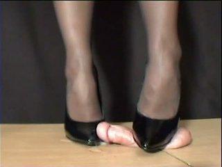 Maîtresse arletta crushed en noir stilettos
