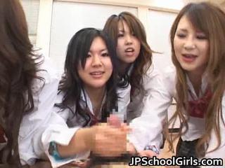 Asiatisk schoolgirls are having en ma holeive gruppe sex
