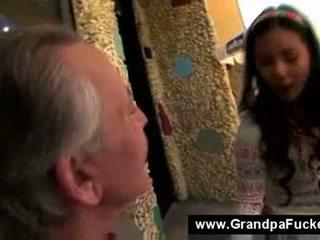 วัยรุ่น การดูด the elderly