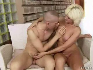 Krūtinga storas močiutė enjoys sunkus seksas