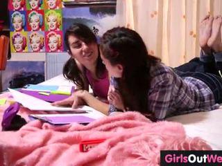 Söt hårig lesbisk teenies finger varje andra