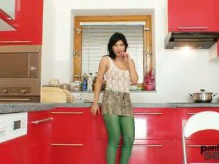 Caliente latina posando en sheer nailon pantis
