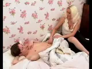 Pasionante mami bën djalë kar i vështirë me nxehtë marrjenëgojë dhe masturbim mashkullor.