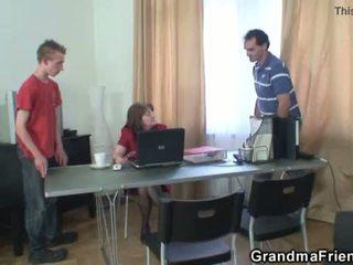 Seksas tryse ofisas dulkinimasis su senelė <span class=duration>- 6 min</span>
