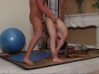Jamie elle opens bred henne lång benen för en stor kuk