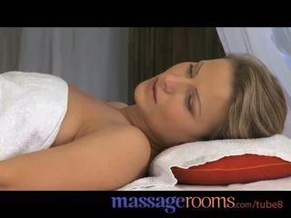 Massasje rooms stram blond has soppy våt fitte opened opp av en stor hardt kuk