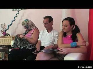Abuelita dos mujeres un hombre trío