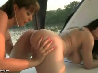any brunette, great kissing, full pussy licking see