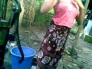 Bangladeshi - deshi gaja banho ao ar livre e recording