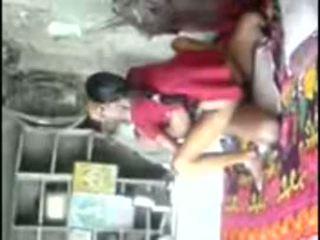Kylä unsatisfied tyttö trying kokeneita mulkku