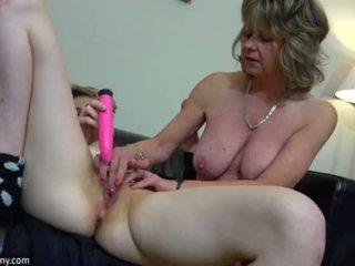 Oldnanny sexy mutter mit ten masturbate auf bett
