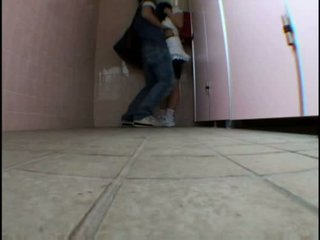 Trẻ thiếu niên molested trên schooltoilet