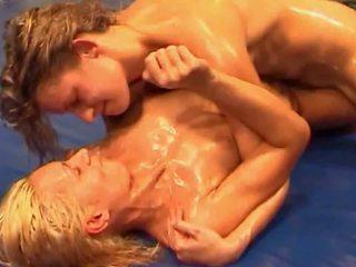 Meisjes worstelen: gratis lesbisch hd porno video- 69