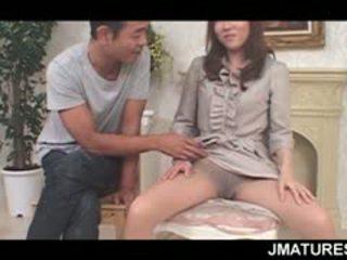 Pieauguša aziāti seductress flaunting viņai nekaunīgas krūtis un cunt