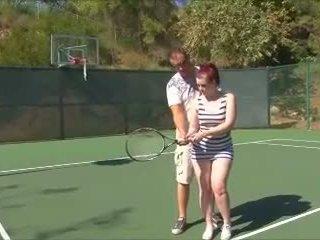 Atemberaubendes lesbisches Trio fickt im Freien auf einem Tennisplatz