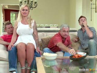 Brazzers - belle mère takes certains jeune bite - porno vidéo 451