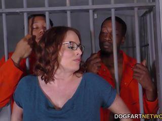 Pechugona maggie green has interracial trío en prisión.