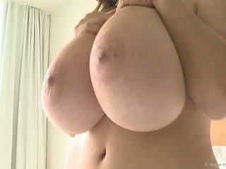 Bouncing Riesige Fake-Titten Hübsche große