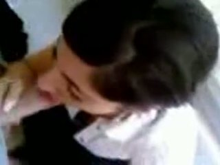Turečtina dívka s horký ňadra giving hlava