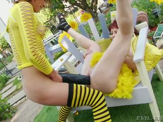 Slutty bee gets pounded 由 大 黑色 dildos 和 cocks