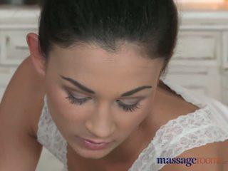 Masažas rooms smulkutė tobulas bodied lesbiečių has gilus finger g-spot orgasms