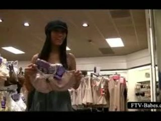 Bruna amatoriale dares a strofinare suo fica in un abbigliamento negozio