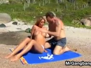 性感 金发 在 一 四人 上 该 海滩