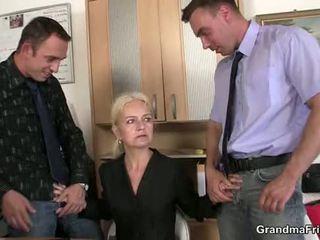Granma sucks a fucks two cocks na práce rozhovor