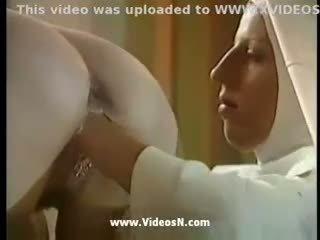 Nuns ja priest seks anaal ja rusikaga