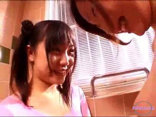 2 dziewczyny w aerobik sukienka całowanie rubbing cycki w the łazienka