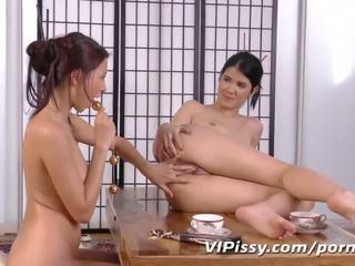 Asiatico lesbiche showering in ogni altrui piss