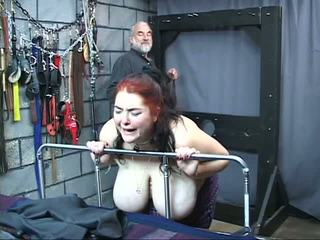 Thick grande teta fetichista esclava chica es whipped y abusada en la sexo mazmorra
