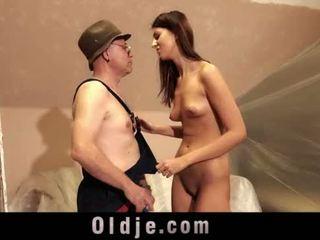 Vana mees ja noor pikk tüdruk seks mängima