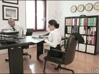 Krūtainas skaistule valentina nappi birojs jāšanās