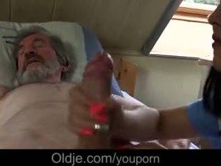 חולה סבא gets מיוחד טיפול ב מן צעיר אחות