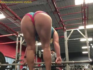 Foxi Di traint haar poesje in de gym