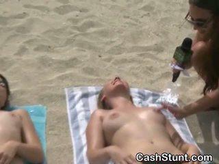 בנות לקבל עירום ב stunt ב חוף