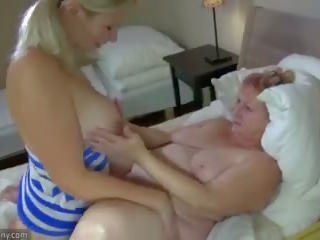 Oldnanny vieille et ado masturbate avec sextoy
